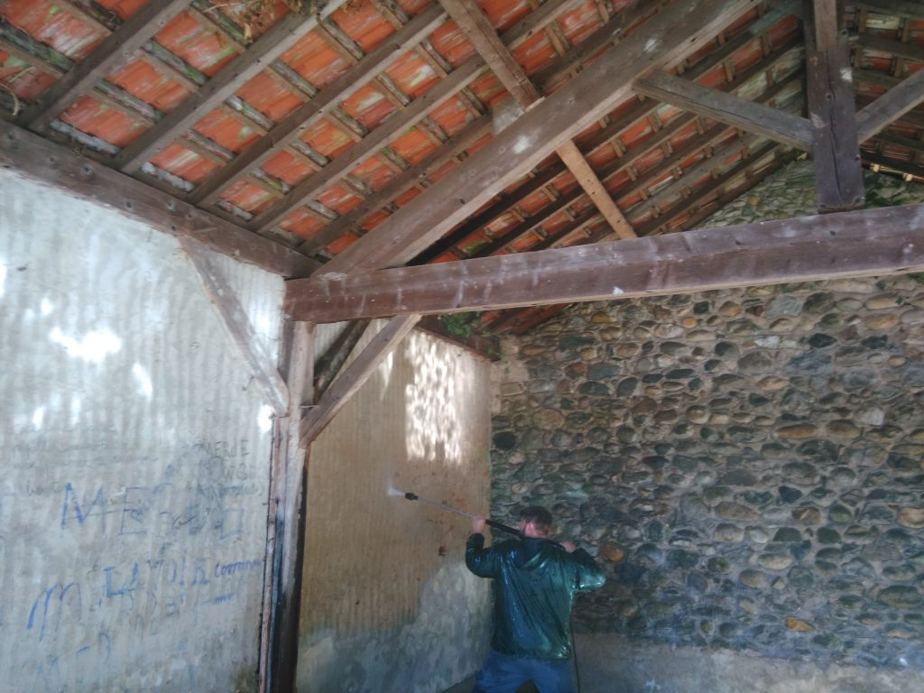 Nettoyage du lavoir au karcher des murs intérieurs