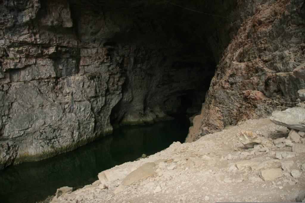 Cours d'eau dans la grotte de Bournillon