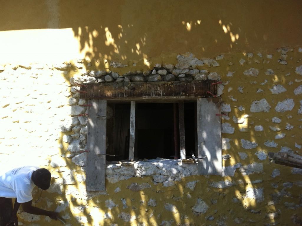 Mur en pierre rejointé en cours d'enduisage