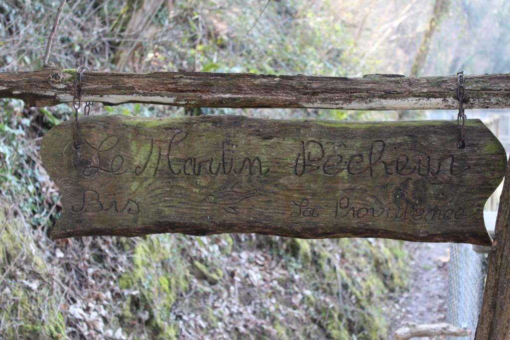 """pancarte en bois signale le sentier de randonnée """" Le Martin Pêcheur """""""